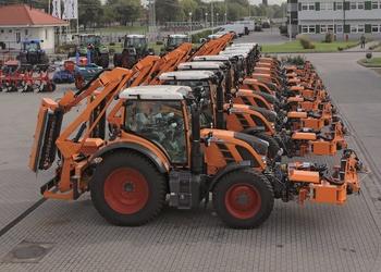Narancssárga Fendt traktorok az utakon