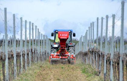 Güttler Demókert – szőlészeti talajművelési bemutató
