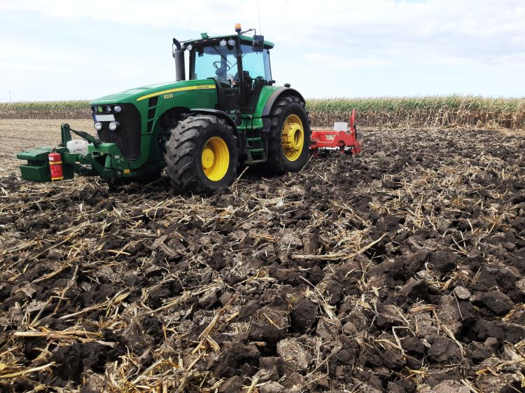 A vésőrendszerű lazítóval száraz talajkörülmények között, kötött talajon végzett lazítás eredménye