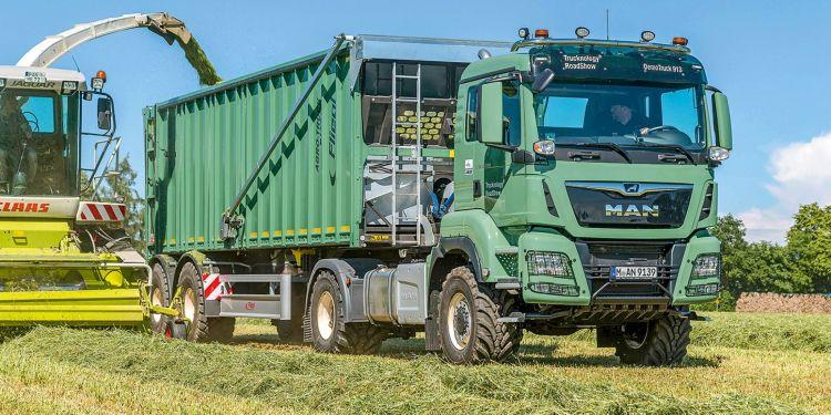13. kép. MAN TGS 18.510 4x4 BLS mezőgazdasági nyergesvontató félpótkocsival (forrás: www.profi.co.uk)