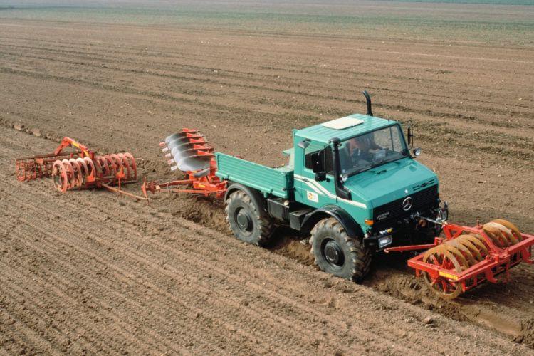 2. kép Unimog U 2100 talajművelő munkagépekkel felszerelve (forrás: https://media.daimler.com/)