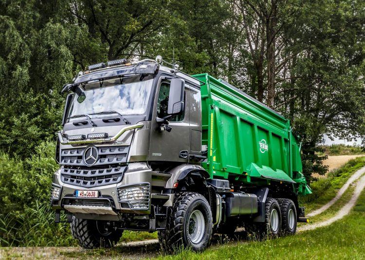 5. kép. Mercedes-Benz Arocs 3353 AK 6x6 mezőgazdasági teherautó trágyaszóróval (forrás: https://media.daimler.com/)