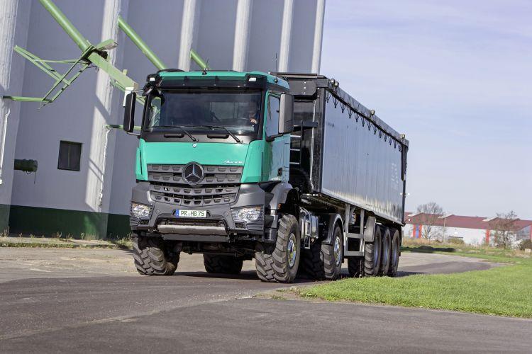 7. kép. Mercedes-Benz Arocs 2051 AK 4x4mezőgazdasági nyergesvontatófélpótkocsival (forrás: https://media.daimler.com/)