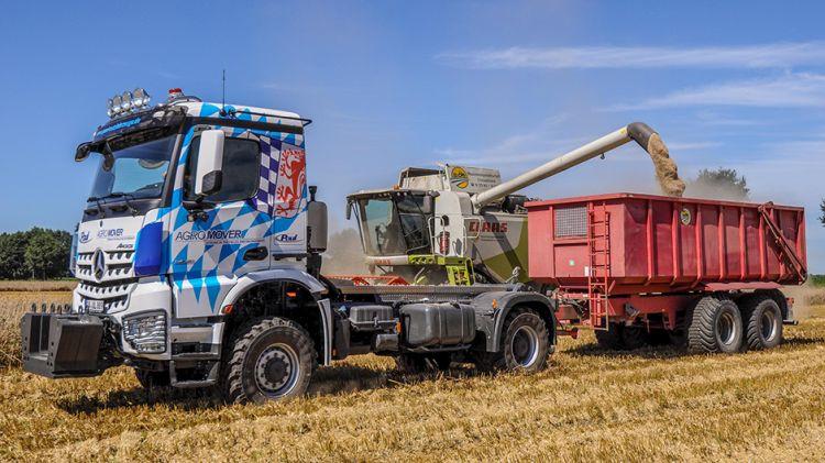 """9. kép. Mercedes-Benz Arocs 2051 AK 4x4 """"Agro-Muver"""" nyergesvontató mezőgazdasági pótkocsival (forrás:www.paul-nutzfahrzeuge.de)"""