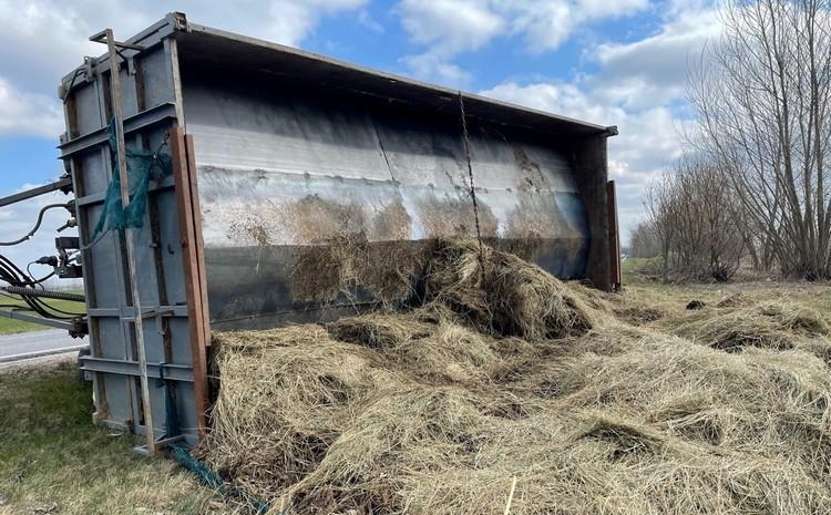Mezőgazdasági vontató, széna és szír
