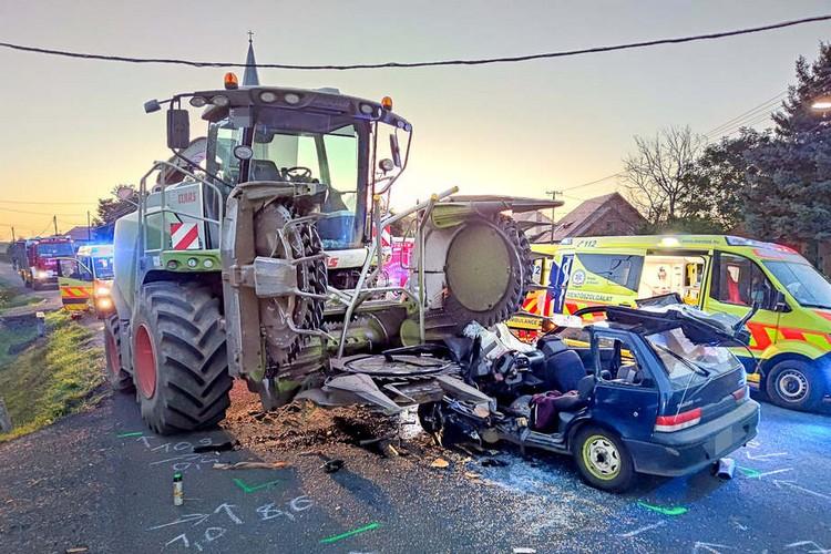 Mezőgazdasági munkagéppel ütközött a személyautó